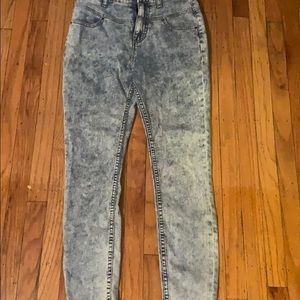 Stone washed/ high-waisted jeans!